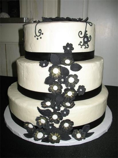 Elegant wedding cake decorated in black & white.